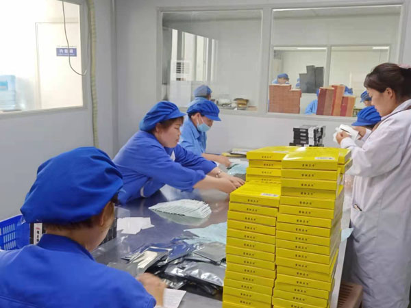 膏药贴牌加工工厂生产现场